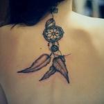 modele tatouage dos attrapve reve facon pendentif partant de la nuque