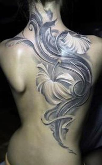modele tatouage dos nuque et epaule arabesque avec hibiscus blancs