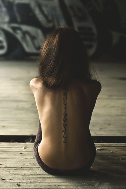 motifs arabesques dos tatouage femme colonne vertebrale
