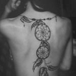 photo tattoo feminin dos comme un collier attrape reve