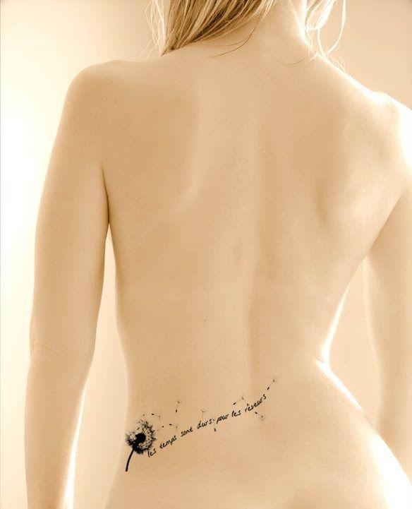 tatouage discret bas du dos ecriture avec fleur de pissenlit s envolant