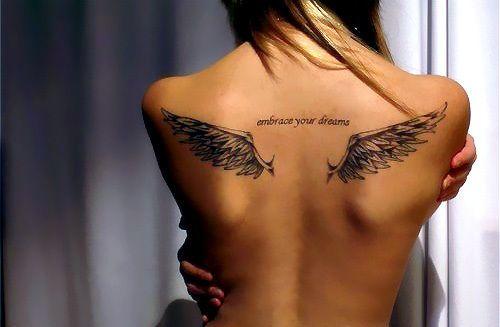 tatouage dos ailes et ecriture au centre