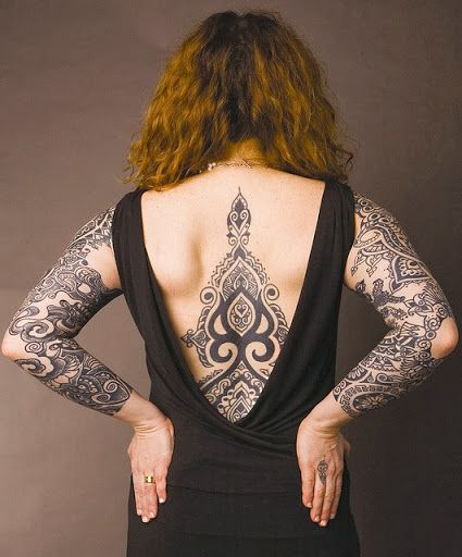 tatouage dos femme centre tribal
