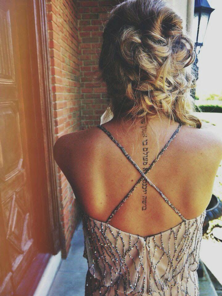 tatouage dos femme photo ecriture colonne vertebrale - tatouage femme