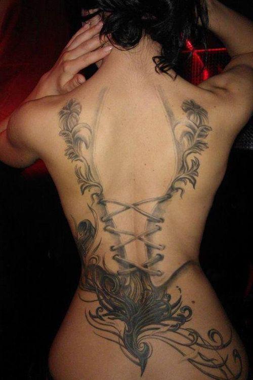 tatouage dos femme tres sexy corsage defait avec arabesques