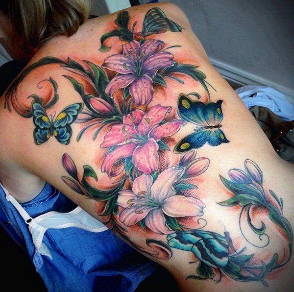 tatouage femme dos entier papillons et fleurs