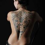 tatouage femme dos forme triangle inverse motifs polynesiens