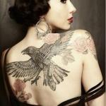 tatouage femme dos grand corbeau noir et ailes deployees