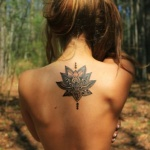 tatouage femme haut du dos centre fleur de lotus en mandala
