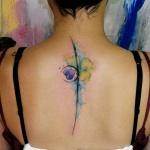 tatouage haut du dos femme photo avec ligne coeur et trefle
