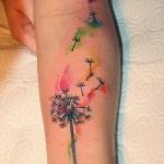 photo tattoo feminin pissenlit qui s'envole interieur avant bras style aquarelle