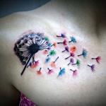 tatouage femme pissenlit fleurs aquarelle sous clavicule et epaule