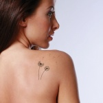 tatouage pissenlit femme discret et delicat omoplate