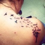 tatouage pissenlit femme dos avec oiseaux et phrase