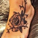 exemple tatouage belle rose femme pied avec arabesques