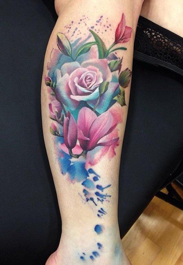 exemple tatouage rose style aquarelle sur jambe mollet