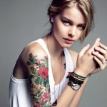 inspiration rose tremiere femme a tatouer bras manchette