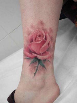 photo tattoo aquarelle feminin rose sur cheville