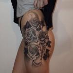 photo tattoo feminin 4 roses avec collier de perle sur hanche et cuisse