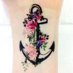 tatouage femme ancre avec fleurs rose et autre interieur poignet