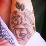 tatouage femme rose noir et blanc cuisse
