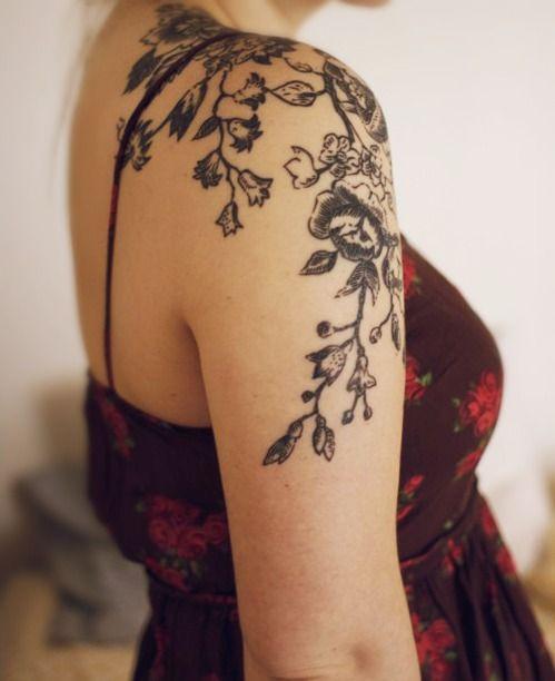tatouage femme rose noire tremiere epaule