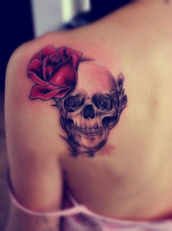tatouage femme tete de mort et rose dos