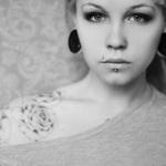 tatouage fleur rose blanche sur epaule droite