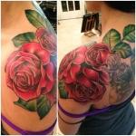 tatouage fleur roses realistes en couleur sur epaule