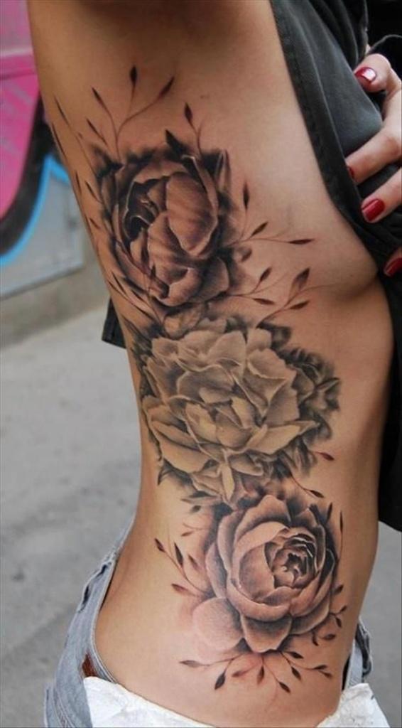 tatouage fleur roses sur cote avec pivoine