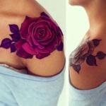tatouage rose femme hypperealiste sur epaule