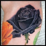 tatouage rose noire jambe