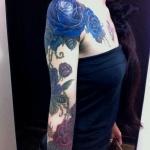 tatouage symboles rose bleu epaule