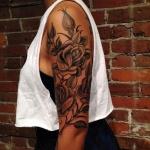 tatouage symboles rose fille manchette haut du bras