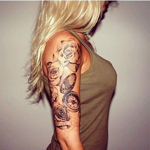 tatouage symboles rose noir et blanc avec horloge , Tatouage