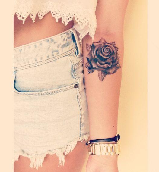 tatouage symboles rose noire fille interieur coude
