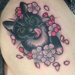 Modele tatouage chat avec fleurs sur hanche