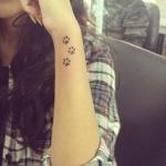 Modele tatouage pattes de chat sur poignet