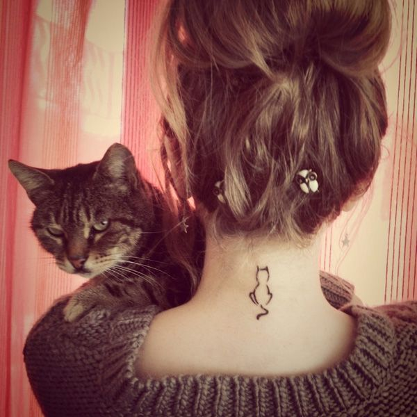 Petit tattoo feminin chat de dos nuque