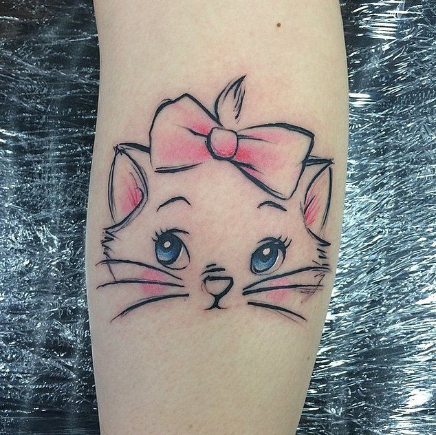 Photo tattoo feminin chat des aristochats sur mollet