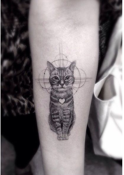 Photo tattoo feminin chat tigre assis interieur avant bras