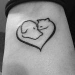 Photo tattoo tetes de chat et chien dans un coeur