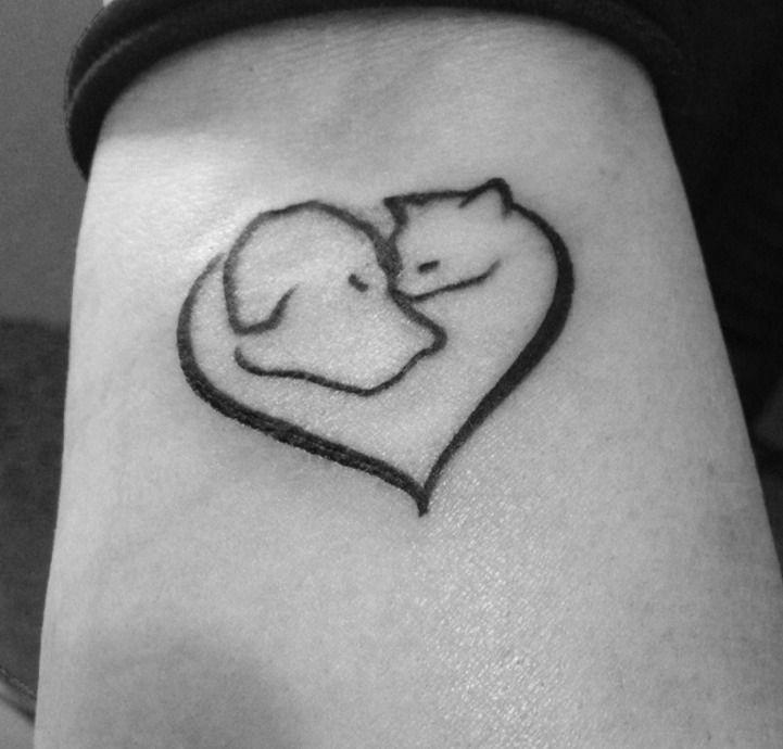 photo tattoo tetes de chat et chien dans un coeur - tatouage femme