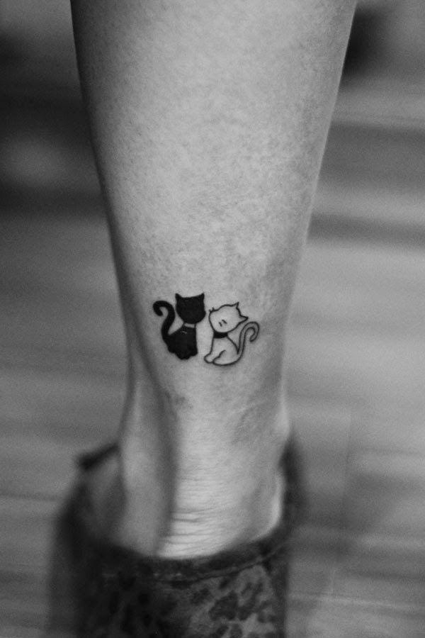 Tatouage discret 2 chats noir et blanc derriere cheville