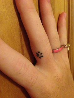Tatouage discret femme empreinte de chat doigt