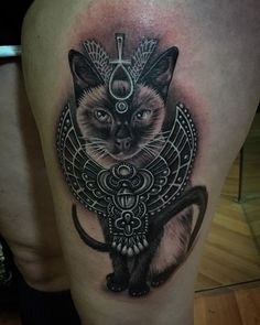 tatouage femme chat siamois facon divinite egyptienne bastet tatouage femme. Black Bedroom Furniture Sets. Home Design Ideas