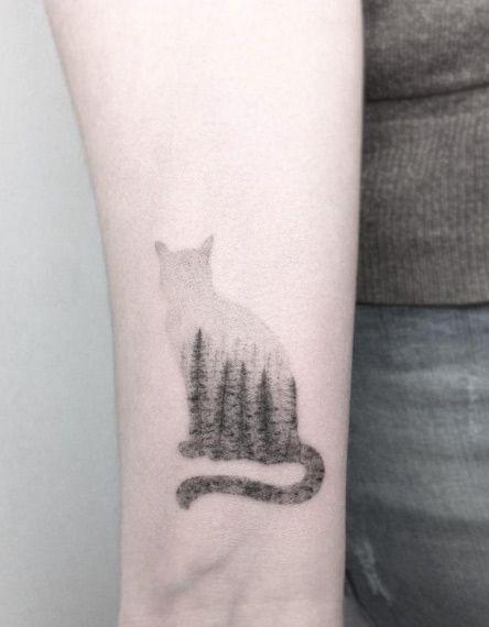 Tatouage femme silhouette chat avec arbres poignet