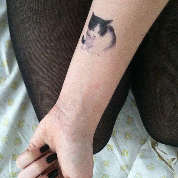 Tatouage photorealiste chaton blanc et noir sur avant bras