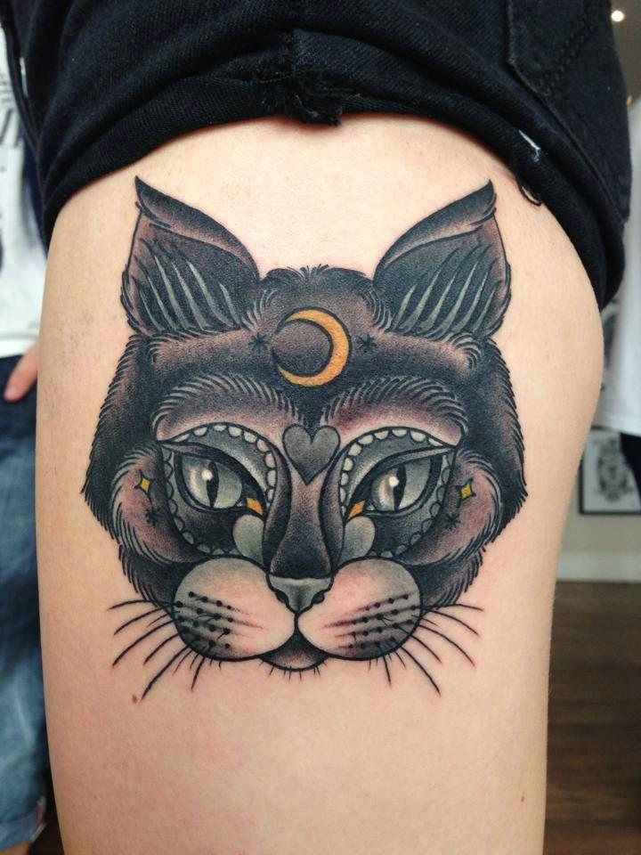 Tatouage tete de chat avec lune sur le front