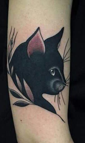 Tatouage tete de chat noir de profil bras femme